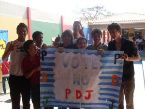 Estudantes do CEF Polivalente durante projeto pedagógico-eleitoral, em 2010