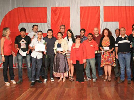 Nesta segunda-feira (13), o Teatro dos Bancários recebeu os finalistas do 1° Prêmio Luiz Gushiken de Jornalismo Sindical e Popular. O Sinpro concorreu em diversas categorias. Dentre os finalistas estavam...