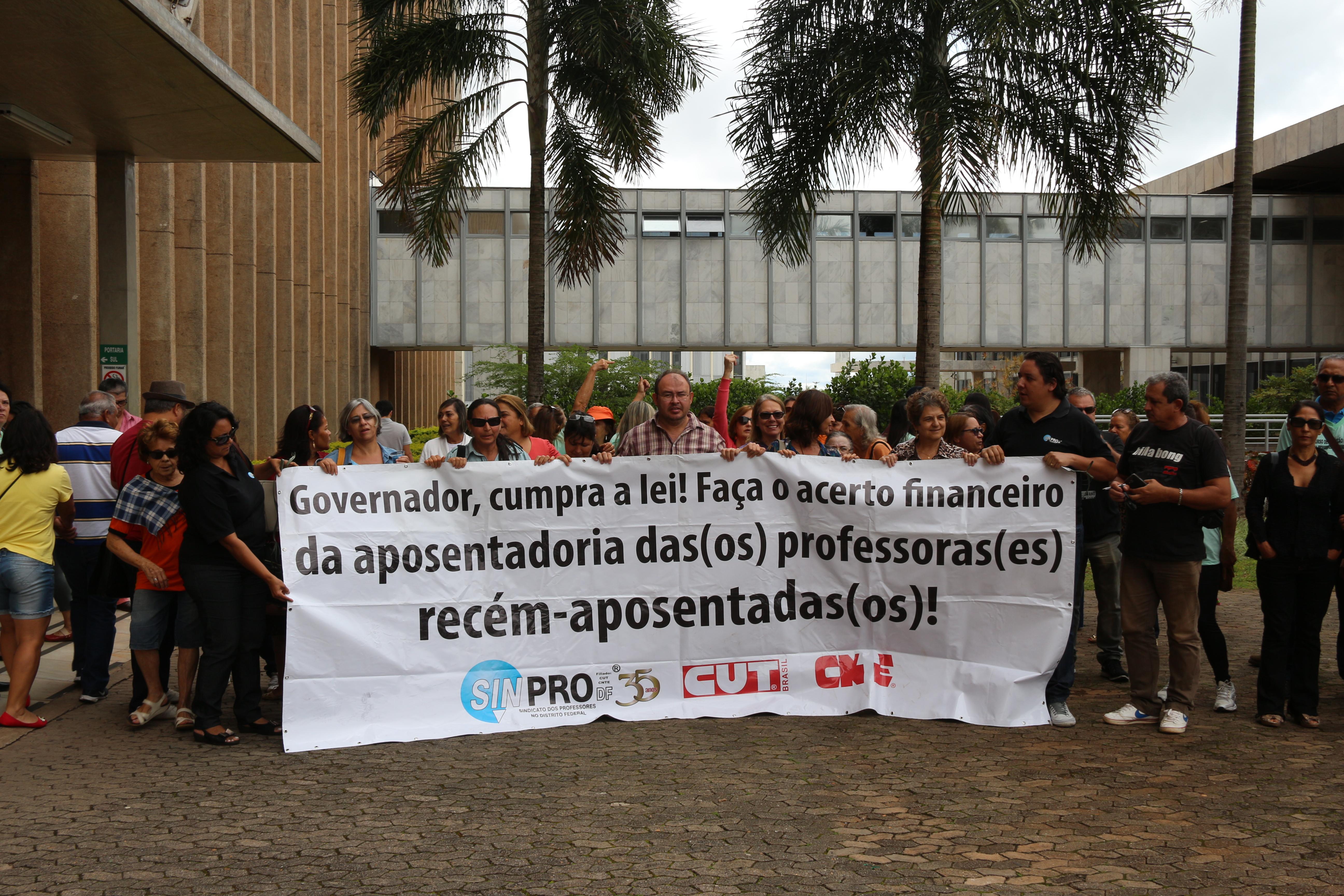 Professores(as) que se aposentaram em setembro e outubro (e ainda não receberam o acerto financeiro) participaram de uma manifestação em frente ao Palácio do Buriti. Uma comissão formada por dois...