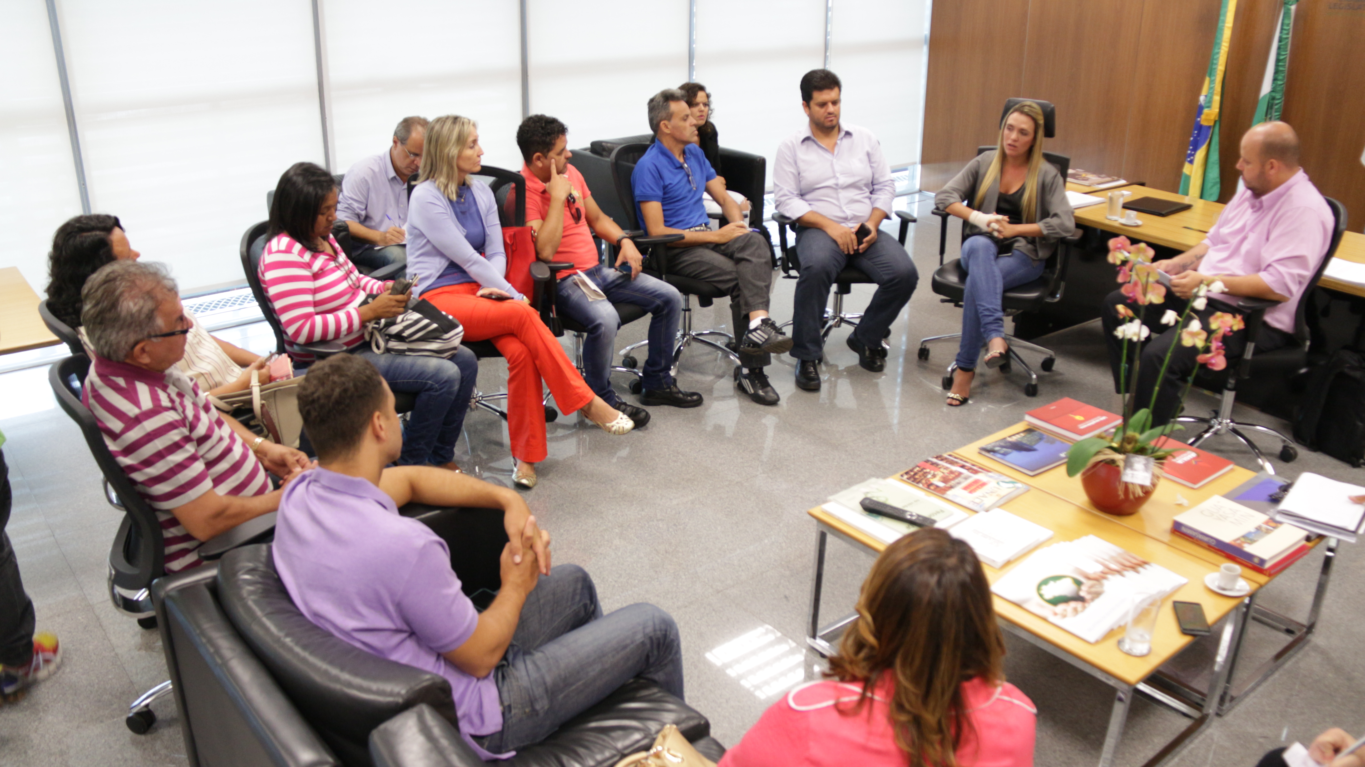 Em reunião com as comissões de negociação do Sinpro e do SAE, acompanhadas pela CUT Brasília, na manhã desta segunda-feira (26), a presidente da Câmara Legislativa, Celina Leão, afirmou que o projeto...