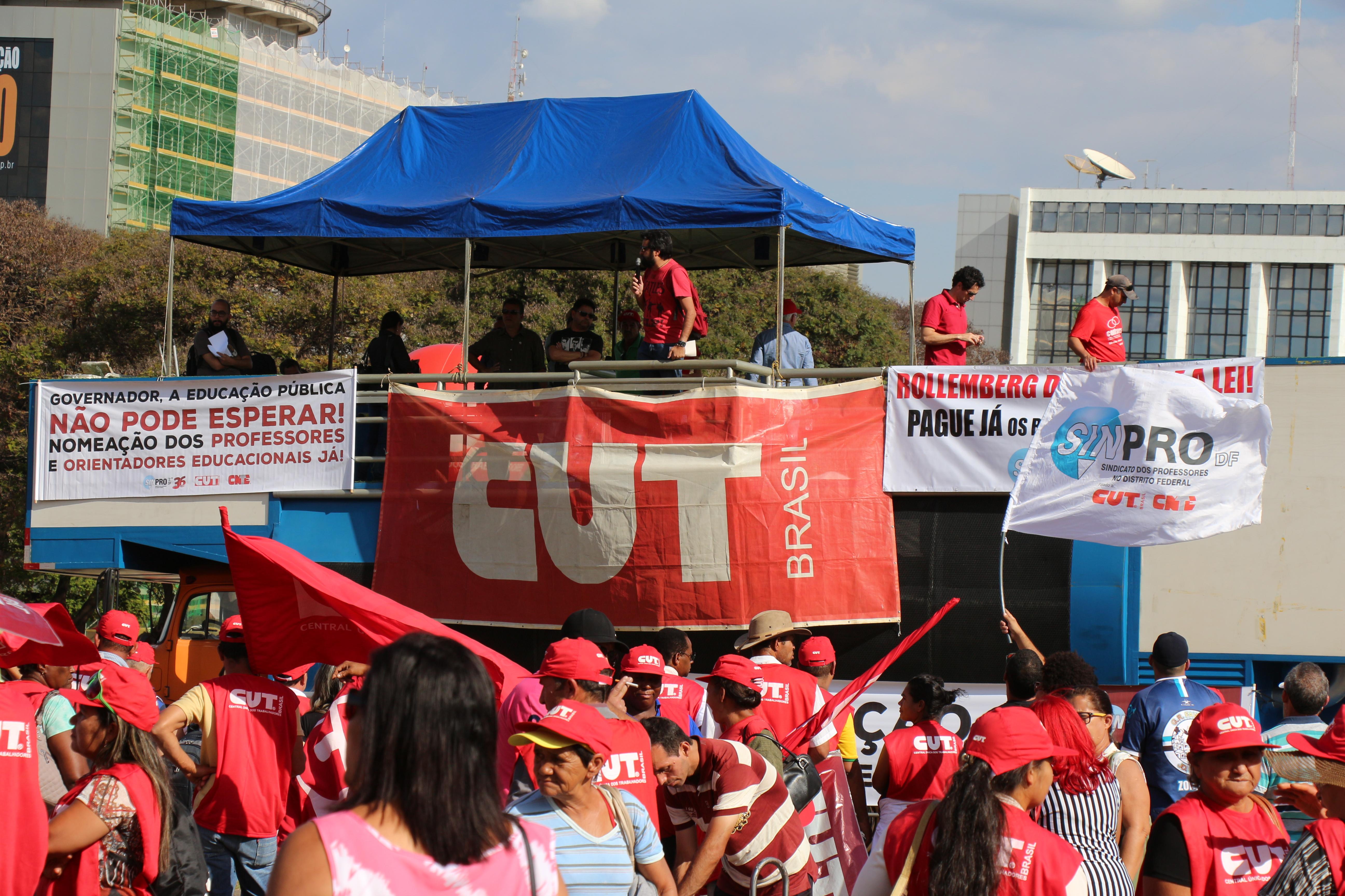 Trabalhadores e sindicais filiados à CUT participaram do ato unificado organizado pela Central Única dos Trabalhadores durante a tarde desta terça-feira (28), na Praça do Buriti. O protesto foi contra...