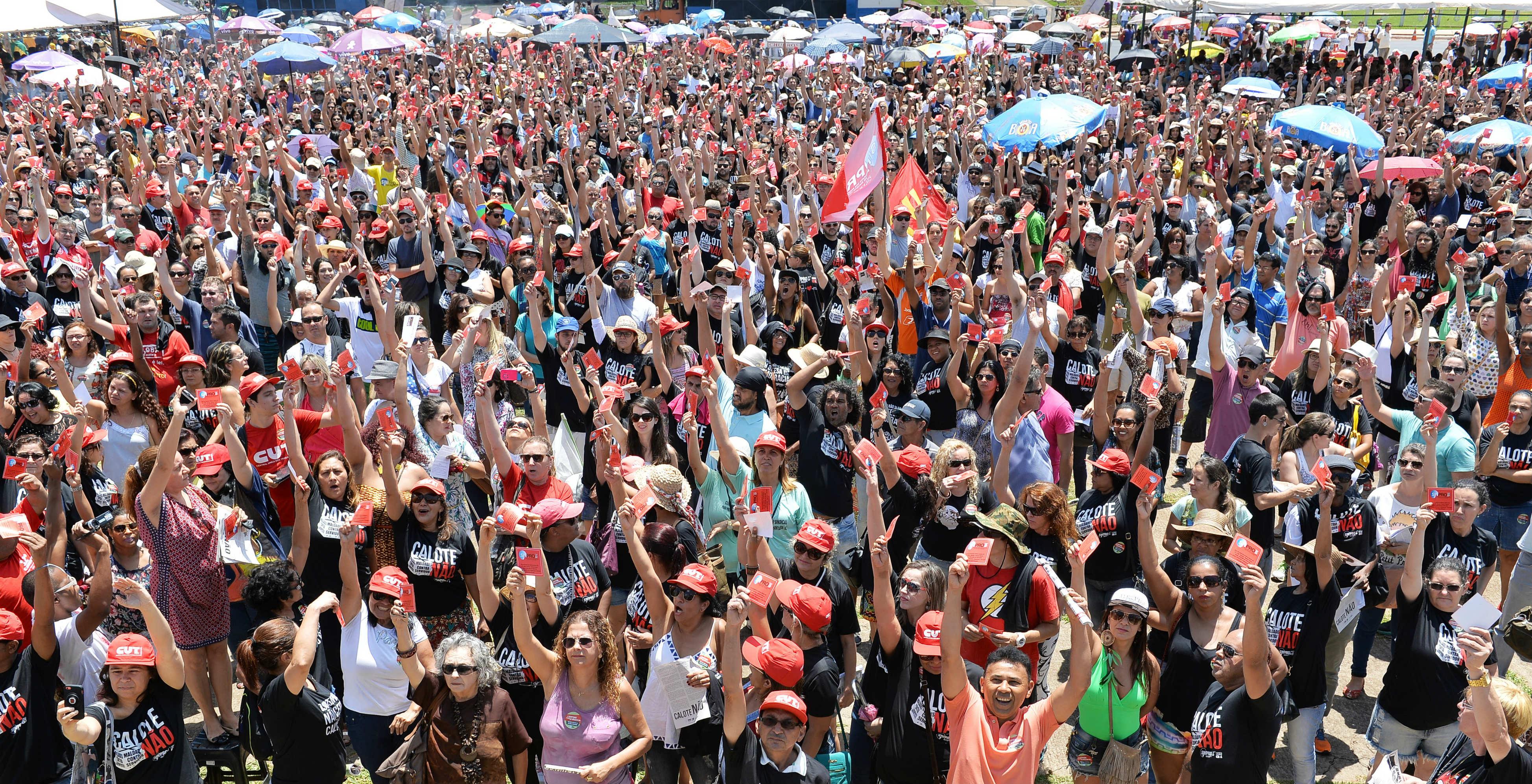 Reunidos(as) em assembleia do Sinpro, na Praça do Buriti na manhã desta quinta-feira (8), milhares de professores(as) e orientadores(as) educacionais deliberaram entrar em greve por tempo indeterminado,...